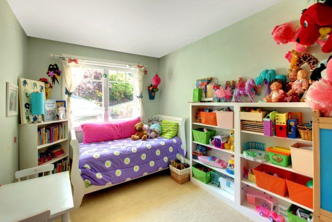 детская комната со стеллажами