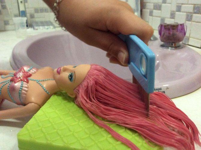 Волосы любимой куклы дочери стали растрепанными и всклокоченными: я быстро привела их в порядок простым способом